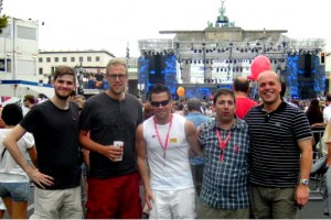 Benedikt Winzen (2.v.l.) und Klaus Krützen (1.v.r.) mit den Jusos Felix Olbertz, Thorsten Meuser und Timo Natur. Im Hintergrund sind die Bühne und das Brandenburger Tor zu sehen.