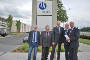 Horst Gerbrand (SPD-Fraktionschef Grevenbroich), Ernst Schumacher (Hydro-Betriebsratsvorsitzender), Garrelt Duin, Klaus Krützen und Rainer Thiel MdL am Hydro-Standort in Grevenbroich.