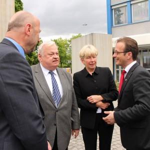 NRW-Arbeits- und Sozialminister Guntram Schneider (2. v.l.) im Gespräch mit der Sprecherin der Geschäftsführung von Hydro-Aluminium Deutschland GmbH, Irmtraud Pawlik (2. v.r). und den Landtagsabgeordneten Rainer Thiel (links im Bild) und Reiner Breuer (rechts im Bild)