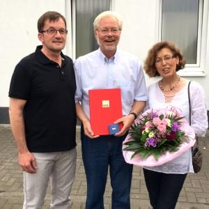 Jürgen Thomas (links) überreicht Albert Glöckner die Willy-Brandt-Medaille in Gold