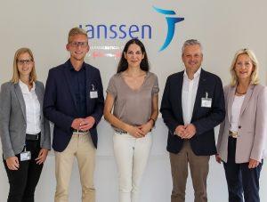 Dr. Iris Zemzoum (Mitte) empfängt mit ihrem Team Daniel Rinkert (2.vl.) und Arno Jansen (2.vr.).
